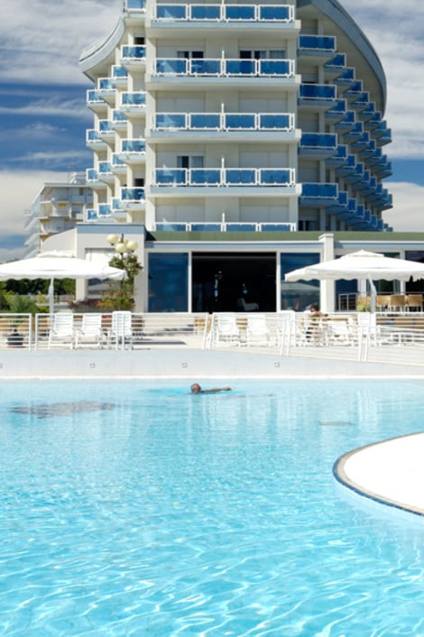 Notre piscine face la mer majestic beach hotel for Piscine majestic